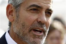 O ator George Clooney fala a repórteres após se reunir com o presidente norte-americano, Barack Obama, em Washington, nos Estados Unidos, em março. 15/03/2012 REUTERS/Kevin Lamarque
