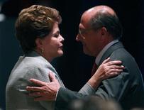 A presidente Dilma Rousseff conversa com o governador de São Paulo, Geraldo Alckmin, durante evento em São Paulo, em outubro do ano passado. 31/10/2011 REUTERS/Paulo Whitaker