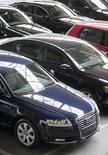 Las matriculaciones de turismos en España continuarán bajando con fuerza en octubre pese al nuevo plan PIVE de incentivos a la compra que, sin embargo, tendrá un reflejo mucho mas positivo en los próximos meses, dijo el viernes la Asociación Nacional de Fabricantes de Turismos y Camiones (ANFAC). En la imagen, coches Audi en un concesionario en Burgos, en una foto de archivo del 2 de noviembre de 2011. REUTERS/Félix Ordóñez