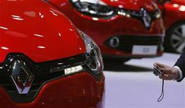 <p>Renault est l'une des valeurs à suivre ) mi-séance à la Bourse de Paris où le CAC 40 avance de 0,02% à 3.476 points à 13h. Le constructeur automobile (+1,42%) signe la plus forte hausse du CAC 40 malgré la baisse de 26,4% de ses ventes de véhicules neufs le mois derniers en France, les investisseurs tablant sur des restructurations et le lancement de nouveaux produits comme la Clio IV pour faire face à la chute de ses ventes. /Photo prise le 28 septembre 2012/REUTERS/Christian Hartmann</p>