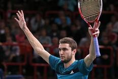 <p>Gilles Simon s'est qualifié vendredi pour le dernier carré du Masters 1000 de Paris-Bercy, en dominant 6-4 6-4 le Tchèque Tomas Berdych, tête de série n°5. /Photo prise le 2 novembre 2012/REUTERS/Benoît Tessier</p>