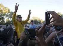 La Agencia Mundial Antidopaje (AMA) ha anunciado que no apelará la decisión de sancionar de por vida al ciclista estadounidense Lance Armstrong y desposeerle de sus siete Tour de Francia. En la imagen de archivo, Lance Armstrong saluda a sus seguidores el pasado 29 de agosto en Montreal. REUTERS/Christinne Muschi