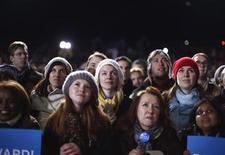 Partidários do presidente dos EUA, Barack Obama, enfrentam noite gelada durante comício em Bristow, Virgínia, EUA. Mulheres ajudaram a colocar Barack Obama na Casa Branca em 2008, mas o entusiasmo debilitado delas por ele refletido nas últimas pesquisas criou incerteza sobre quem iria ficar com os votos femininos na eleição de terça-feira. 03/11/2012 REUTERS/Jason Reed