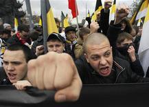 """Nacionalistas russos gritam ao participar de manisfestação no Dia da Unidade Nacional em Moscou, Rússia. Milhares de nacionalistas marcharam vestidos de preto no centro de Moscou neste domingo, marcando o """"Dia da Unidade Nacional"""", feriado criado pelo presidente Vladimir Putin, e pedindo o fim do seu governo e gritando frases hostis a minorias étnicas. 04/11/2012 REUTERS/Maxim Shemetov"""