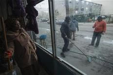 Una semana después de que el huracán Sandy causó estragos en la ciudad de Nueva York y sus alrededores, las escuelas estaban listas para reabrir sus puertas el lunes y se espera que la vida vuelva lentamente a la normalidad para muchos, pero cerca de dos millones de personas aún no cuentan con energía eléctrica. En la imagen, una mujer descansa de las labores de limpieza de una iglesia en Coney Island, Brooklyn, el 4 de noviembre de 2012. REUTERS/Lucas Jackson