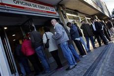El desempleo en España se disparó en octubre, un mes tradicionalmente negativo para el mercado laboral que pierde una buena parte de la contratación extra generada en los meses del verano, según datos divulgados el lunes por el Ministerio de Empleo y Seguridad Social. En la imagen, varias personas hacen cola ante una oficina de empleo en Madrid, el 5 de noviembre de 2012. REUTERS/Susana Vera