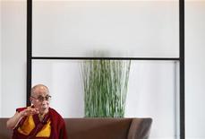 Líder espiritual tibetano Dalai Lama fala durante entrevista em Yokohama, Japão. O futuro líder chinês, Xi Jinping, não terá alternativa senão iniciar reformas políticas duradouras, assim como já ocorreu com as reformas econômicas, disse nesta segunda-feira Dalai Lama. 05/11/2012 REUTERS/Yuriko Nakao