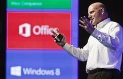 Presidente-executivo da Microsoft Steve Ballmer apresenta sistema operacional do Windows 8 em Israel. 05/11/2012. REUTERS/Nir Elias
