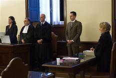 El ex mayordomo del papa Benedicto XVI, que ha sido encarcelado por robar y filtrar documentos papales, rechazó el lunes que los técnicos revisen el que fue su ordenador durante seis años antes de su arresto, según el tribunal. En la imagen, el ex mayordomo Paolo Gabriele (segundo por la izquierda) el 6 de octubre de 2012 en el tribunal vaticano. REUTERS/Osservatore Romano