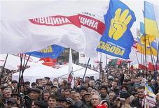 Митинг украинской оппозиции в Киеве 5 ноября 2012 года. Оппозиция, получившая около половины мест в новом парламенте, обвинила власти в фальсификации итогов голосования и пообещала бороться за спорные 13 мандатов вплоть до досрочных выборов Рады. REUTERS/Gleb Garanich