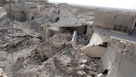 Al menos 50 efectivos de seguridad sirios murieron el lunes en un atentado con coche bomba en la provincia de Hama, en lo que sería uno de los ataques más sangrientos contra las tropas del presidente, Bashar el Asad, en los 20 meses de alzamiento. En la imagen, residentes y miembros del Ejército Lbre Sirio caminan entre edificios dañandos tras un ataque aéreo de cazas leales al presidente sirio, Bashar el Asad, en Taftanaz, cerca de Idlib, el 4 de noviembre de 2012. REUTERS/Abu Qais al-Taftanazi/Shaam News Network/Handout ESTA IMAGEN HA SIDO PROPORCIONADA POR UN TERCERO. REUTERS LA DISTRIBUYE, EXACTAMENTE COMO LA RECIBIÓ, COMO UN SERVICIO A SUS CLIENTES. SÓLO PARA USO EDITORIAL, NI VENTAS NI ARCHIVOS NI PARA SU VENTA PARA CAMPAÑAS DE MARKETING O PUBLICIDAD.
