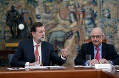 El Gobierno español prorrogará la vigencia del Fondo de Liquidez Autonómico (FLA) a 2013, dijo un portavoz del Ministerio de Hacienda y Administraciones Públicas. En la imagen, el presidente del Goierno, Mariano Rajoy (a la izqueirda) habla con el ministro de Hacienda, Cristóbal Montoro, en una reunión en el palacio de la Moncloa, el 25 de octubre de 2012. REUTERS/Andrea Comas