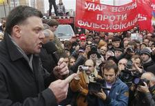 Oleg Tyagnibok (L), head of the All-Ukrainian Union Svoboda (Freedom) Party, addresses supporters during a rally in front of Ukraine's central electoral commission in Kiev November 5, 2012. REUTERS/Gleb Garanich