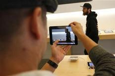 Um homem testa uma câmera em um iPad mini durante o lançamento do produto em Los Angeles, Califórnia, EUA. A Apple disse que vendeu um total de 3 milhões de iPads em três dias desde sexta-feira, quando lançou o novo iPad mini e a quarta geração de seu tablet. 2/11/2012 REUTERS/David McNew