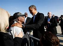 El presidente demócrata de Estados Unidos, Barack Obama, mostraba una ventaja de dos puntos porcentuales sobre el candidato republicano Mitt Romney en la ajustada carrera por la Casa Blanca, de acuerdo a un sondeo diario de Reuters/Ipsos dado a conocer el lunes, un día antes de las elecciones. En la imagen, el presidente de EEUU, Barack Obama, saluda a un veterano del Ejército en Columbus, Ohio, el 5 de noviembre de 2012, en la víspera de las elecciones presidenciales de EEUU. REUTERS/Jason Reed