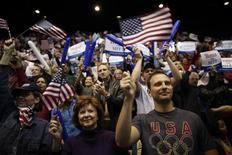 Apoiadores comparecem a evento de camapanha do candidato republicano à presidência norte-americana, Mitt Romney em Fairfax, na Virgínia.O presidente dos Estados Unidos, Barack Obama, tinha dois pontos percentuais de vantagem sobre seu rival republicano na acirrada disputa pela Casa Branca, de acordo com a pesquisa diária Reuters/Ipsos divulgada nesta segunda-feira, véspera das eleições. 05/11/2012 REUTERS/Jim Young