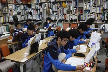 11月5日、韓国では8日に日本の大学入試センター試験に相当する「大学修学能力試験」が行われるが、一生が決まるとも言われる同試験に向けて、軍隊式の予備校でスパルタ教育を受ける浪人生たちがいる。写真は予備校で授業を受ける生徒たち。10月撮影(2012年 ロイター/Kim Hong-Ji)