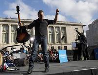 """Bruce Springsteen, Billy Joel, Mary Blige y decena de otros músicos y famosos ayudaron a recaudar unos 23 millones de dólares (18 millones de euros) para las víctimas del Huracán Sandy en la cadena de televisión NBC, en tanto el """"Día para hacer Donaciones"""" en las redes ABC TV recaudó más de 10 millones de dólares. En la imagen, Springsteen baja del escenario tras presentar al presidente de EEUU, Barack Obama, en un mitin en Madison, Wisconsin, el 5 de noviembre de 2012. REUTERS/Jason Reed"""