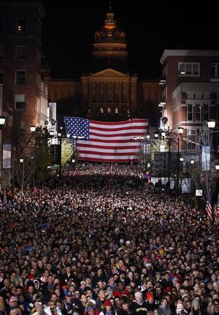 Crowd listens to U.S. President Barack Obama on last night of campaigning while in Des Moines, Iowa, November 5, 2012. REUTERS/Larry Downing (UNITED STATES - Tags: POLITICS USA PRESIDENTIAL ELECTION ELECTIONS)