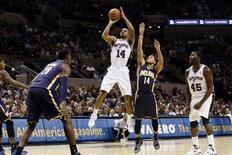 San Antonio Spurs, campeones de cuatro títulos de la NBA, registró su mejor comienzo de temporada con cuatro victorias consecutivas después de pasearse ante los Pacers de Indiana y ganar por 101-79 el lunes. En la imagen, de 5 de noviembre, Gary Neal de San Antonio lanza a canasta en la cuarta victoria de San Antonio ante los Pacers de Indiana.