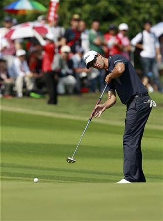 Adam Scott of Australia putts on the ninth green during the final day of the WGC-HSBC Champions Tournament at Mission Hills in the southern Chinese city of Dongguan November 4, 2012. REUTERS/Bobby Yip