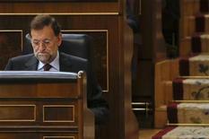 En un momento en que la prima de riesgo española repunta paulatinamente hacia niveles de 435 puntos básicos, el presidente del Gobierno, Mariano Rajoy, dijo que pedir un rescate financiero tendría poco sentido si no consigue rebajar de forma significativa los costes de financiación. En la imagen, Rajoy en el Congreso en Madrid, el 31 de octubre de 2012. REUTERS/Andrea Comas