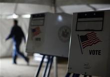 Ya enfrentados a una limpieza masiva y a complejos desplazamientos para llegar a trabajar tras el paso del huracán Sandy, miles de votantes en Nueva York y Nueva Jersey podrían tener dificultades para votar el martes en unas reñidas elecciones presidenciales de Estados Unidos. En la imagen, maquinas de votación en un centro electoral levantado en una escuela afectada por Sandy en Queens, Nueva York, el 5 de noviembre de 2012. REUTERS/Brendan McDermid