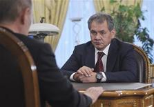 El presidente ruso, Vladimir Putin, destituyó el martes al ministro de Defensa, Anatoly Serdyukov, y lo reemplazó por un aliado leal después de que el ministerio se viera envuelto en un escándalo de corrupción. En la imagen, el ex gobernador de Moscú y nuevo ministro de Defensa Sergei Shoigu se reúne con Putin en la residencia de Novo-Ogaryovo en las afueras de Moscú, el 6 de noviembre de 2012. REUTERS/Aleksey Nikolskyi/RIA Novosti/Pool
