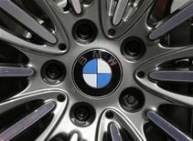 Símbolo da BMW no modelo 650i xDrive é visto durante dia da imprensa no salão Paris Mondial de l'Automobile. A BMW registrou um crescimento no lucro do terceiro trimestre que superou expectativas, e maior montadora de carros de luxo do mundo reafirmou sua previsão de lucro recorde para o fechado deste ano. 28/09/2012 REUTERS/Christian Hartmann