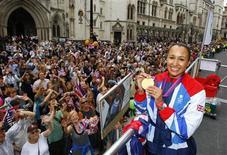 Las campeonas olímpicas Jessica Ennis de Reino Unido, Allyson Felix de Estados Unidos y Valerie Adams de Nueva Zelanda han sido elegidas como finalistas para el premio de atleta femenina del año, dijo el martes en un comunicado la Federación Internacional de Atletismo (IAAF). En la imagen de archivo, la heptatleta británica Jessica Ennis sostiene su medalla de oro durante el desfile de homenaje a los medallistas en los Juegos Olímpicos a su paso por High Court en Londres, el 10 de septiembre de 2012. REUTERS/David Davies/Pool
