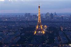 Вид на Эйфелеву башню в Париже 14 июля 2012 года. Франция смягчит налог с фондов оплаты труда на 20 миллиардов евро в течение трех лет, компенсируя это сокращением расходов и повышением налога с продаж, в ответ на требования бизнеса преодолеть последствия десятилетий промышленного упадка. REUTERS/Gonzalo Fuentes