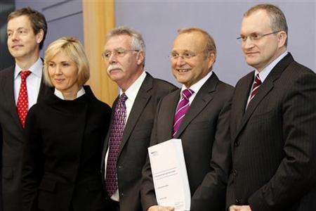 Peter Bofinger (L-R) Beatrice Weder Di Mauro, Wolfgang Wiegard Wolfgang Franz and Christoph Schmidt, members of the so-called five wise men, pose for photographs before a statement in Berlin, November 13, 2009. REUTERS/Tobias Schwarz