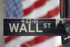 Uma placa de Wall Street repousa em frente a uma bandeira gigante dos Estados Unidos em frente à bolsa de valores de Nova York, nos EUA. 5/11/2012 REUTERS/Chip East