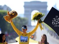 El equipo ciclista Sky podría sufrir a corto plazo la pérdida de personal como consecuencia de su postura antidopaje, pero es un precio que merece la pena pagar, dijo el martes el máximo responsable del equipo, Dave Brailsford. En la imagen de archivo, el corredor del equipo Sky, el británico Bradley Wiggins, celebra su victoria en el Tour de Francia en el podio de la 20 y última etapa de la 99 edición de la ronda gala en los Campos Elíseos de París, el 22 de julio de 2012. REUTERS/Jerome Prevost/Pool