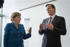 <p>Imagen de archivo de la canciller alemana, Angela Merkel, junto al primer ministro británico, David Cameron, durante una reunión en Berlín, jun 7 2012. La canciller alemana, Angela Merkel, intentará limar el miércoles las diferencias que amenazan con hundir un acuerdo presupuestario de la UE y aislar a Reino Unido de su principal socio comercial cuando se reúna en Londres con el primer ministro británico, David Cameron. REUTERS/Bundesregierung/Steffen Kugler/Pool</p>