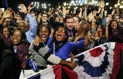 Partidários do presidente norte-americano, Barack Obama, comemoram sua reeleição em Chicago, nos Estados Unidos, na noite de terça-feira. 06/11/2012 REUTERS/Kevin Lamarque