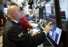 Трейдеры работают в торговом зале фондовой биржи в Нью-Йорке, 6 ноября 2012 года. Американские акции выросли во вторник на фоне ожидания итога президентских выборов. REUTERS/Chip East