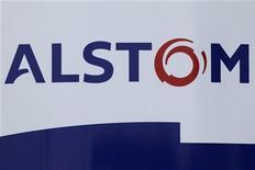 Логотип компании Alstom, сфотографированный в Сен-Назер (Франция), 10 февраля 2012 года. Чистая прибыль французского производителя транспортной и энергетической техники Alstom выросла на 11 процентов в первом полугодии финансового года на фоне 4-процентного увеличения продаж, сообщила компания в среду. REUTERS/Stephane Mahe
