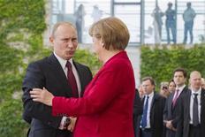 German Chancellor Angela Merkel (R) welcomes Russian President Vladimir Putin before talks at the Chancellery in Berlin, June 1, 2012. REUTERS/Thomas Peter