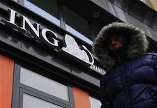Женщина проходит мимо отделения банка ING в Брюсселе, 7 ноября 2012 года. Крупнейшая голландская финансовая компания ING сократит 2350 сотрудников - 2,5 процента персонала - готовясь к разделению банковских и страховых операций в сложных рыночных условиях. REUTERS/Yves Herman