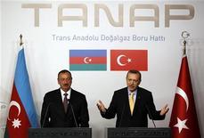 Турецкий премьер Тайип Эрдоган (справа) выступает на совместной с президентом Азербайджана Ильгамом Алиевым пресс-конференции в Стамбуле, 26 июня 2012 года. Партнеры Госнефтекомпании Азербайджана (ГНКАР) в консорциуме Шах-Дениз - британская BP, норвежская Statoil, французская Total заявили о намерении приобрести 29-процентную долю в проекте строительства Трансанатолийского газопровода (TANAP), сообщил журналистам в среду глава ГНКАР Ровнаг Абдуллаев. REUTERS/Murad Sezer