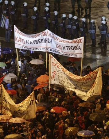 Protestors gather in front of the parliament in Syntagma square during a 48-hour strike by the two major Greek workers unions in central Athens November 7, 2012. REUTERS/Yannis Behrakis (GREECE - Tags: CIVIL UNREST POLITICS BUSINESS EMPLOYMENT)