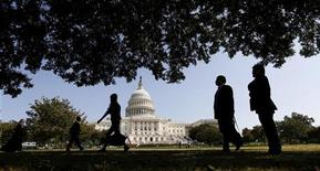 Turistas caminham em frente ao Capitólio dos EUA em Washington. O presidente dos EUA, Barack Obama, tem sido bloqueado no Congresso desde as eleições de 2010, quando os republicanos assumiram o controle da Câmara dos Deputados, e isso provavelmente não vai mudar. 25/09/2012 REUTERS/Kevin Lamarque