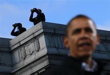 Estados Unidos respaldó el miércoles una petición del comité de la ONU de retomar el debate sobre un borrador de tratado internacional para regular el comercio armamentístico, valorado en 60.000 millones de dólares (unos 47.000 millones de euros), unas horas después de que el presidente Barack Obama fuera reelegido. En esta imagen de archivo, el presidente de EEUU, Barack Obama, con dos miembros del equipo de defensa de asaltos de fondo en un acto de campaña en Concord, Nuevo Hampshire, el 4 de noviembre de 2012. REUTERS/Jason Reed