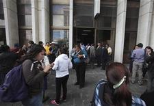 Várias pessoas saem do prédio da Suprema Corte após forte terremoto atingir o país, na Cidade da Guatemala, nesta quarta-feira. 07/11/2012 REUTERS/William Gularte