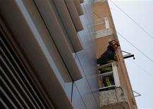 Ocho personas murieron y varias resultaron heridas el miércoles en un fuerte seísmo en Guatemala, debido al derrumbe de viviendas en el norte del país, que declaró el estado de emergencia tras sufrir su peor temblor en más de 35 años. En la imagen, un bombero inspecciona la fachada de un edificio tras un terremoto en Ciudad de México, el 7 de noviembre de 2012. REUTERS/Tomas Bravo