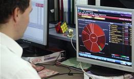 Человек за компьютером в торговом зале Венской фондовой биржи 21 мая 2010 года. Европейские рынки акций открылись ростом. REUTERS/Heinz-Peter Bader