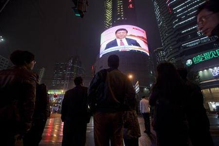 People watch a TV showing of a huge screen shows a news broadcast of China's Vice President Xi Jinping at the 18th Communist Party Congress at a crossroads in Shanghai November 8, 2012. REUTER/Aly Song (CHINA - Tags: POLITICS)