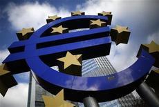 Escultura do Euro diante da sede do Banco Central Europeu, em Frankfurt. O BCE manteve sua principal taxa de juros em 0,75 por cento, adiando qualquer redução nos custos de empréstimos enquanto avalia a extensão da desaceleração econômica da zona do euro e aguarda uma indicação para usar seu novo programa de compra de títulos. 06/11/2012 REUTERS/Lisi Niesner