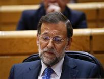 Los recortes aplicados por el Partido Popular le siguen pasando factura entre la ciudadanía, y de celebrarse ahora las elecciones generales recibiría un 35,9 por ciento de los votos, siete puntos porcentuales menos que en noviembre de 2011, según el sondeo del Centro de Investigaciones Sociológicas. En la imagen, el presidente del Gobierno, Mariano Rajoy, en el Senado el 6 de noviembre de 2012. REUTERS/Juan Medina